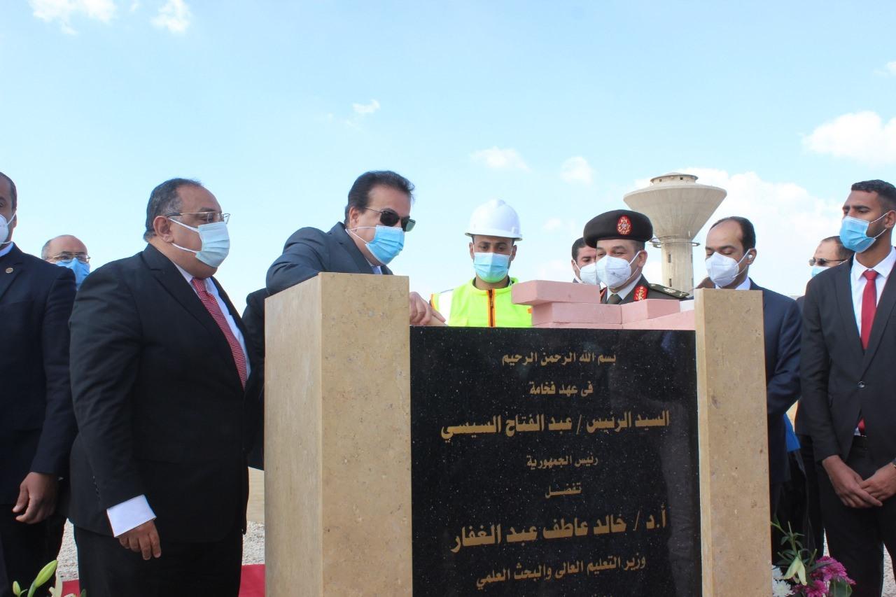 صور | وزير التعليم العالي يضع حجر الأساس لجامعة حلوان الأهلية