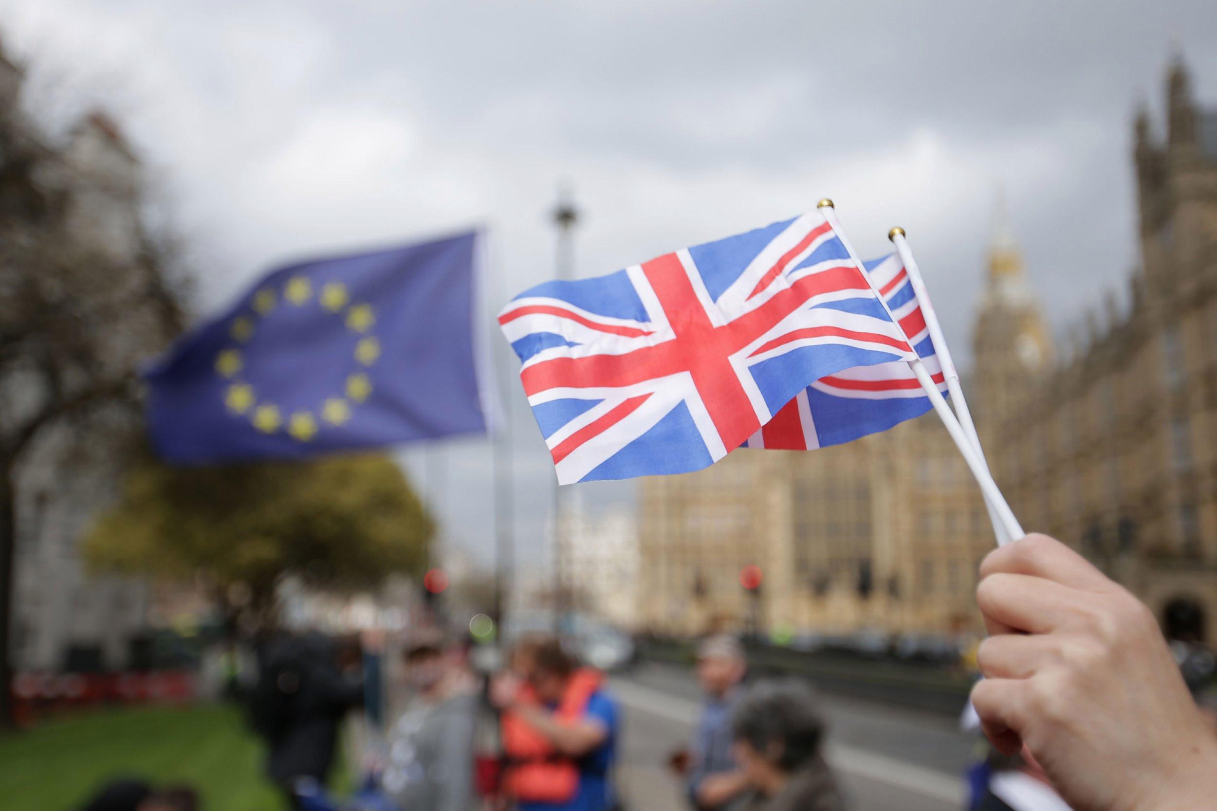 الاتحاد الأوروبي يهدد بريطانيا بحظر تصدير اللقاحات المضادة لفيروس كورونا المستجد