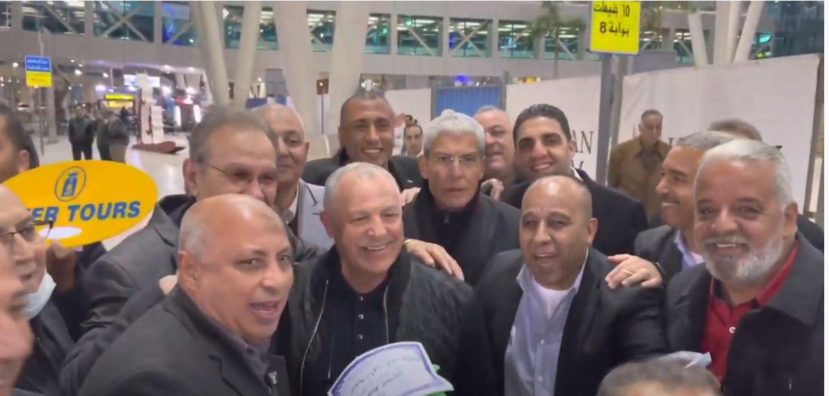 """الجماهير تستقبل «أبوريدة» بمطار القاهرة الدولي بعد فوزه بعضوية الـ """"فيفا"""""""
