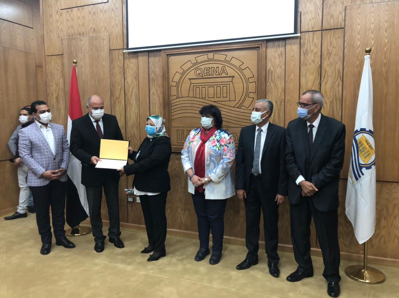 صور| وزيرة الثقافة تشارك محافظ قنا في الاحتفال بيوم المرأة المصرية
