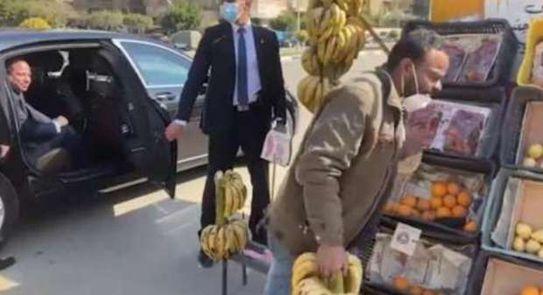 فيديو  الرئيس السيسي يتحدث مع بائع فاكهة في الشارع ويوجه بعلاجه على نفقة الدولة