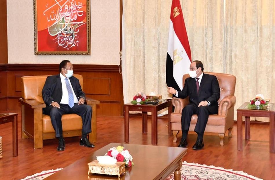 صور| تفاصيل لقاء الرئيس السيسي مع رئيس وزراء السودان