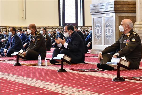 صور  الرئيس السيسي وقادة القوات المسلحة يؤدون صلاة الجمعة بمسجد المشير