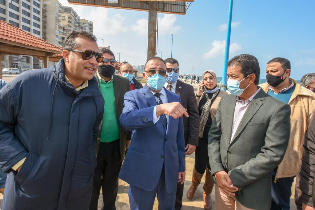 صور| محافظ الإسكندرية اثناء تفكيك كافيه على الكورنيش: لن نسمح بحجب رؤية البحر