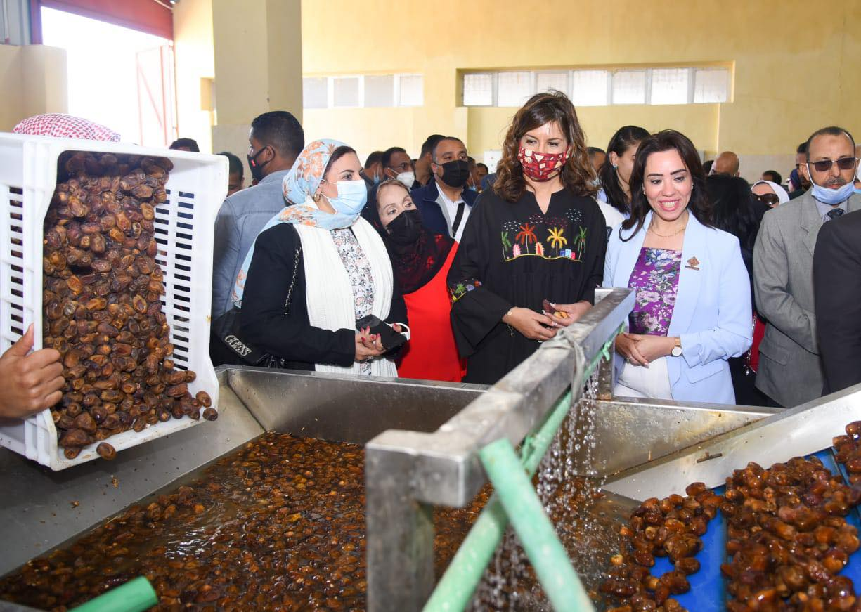 صور| السفيرة نبيلة مكرم: أهل الواحات لديهم طاقة ولاء وانتماء إلى مصر يترجمونها إلى عمل بإخلاص