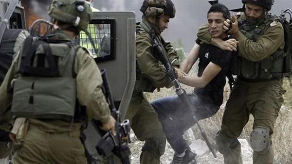 قوات الاحتلال الإسرائيلي تعتقل فلسطينيين في محيط المسجد الأقصى