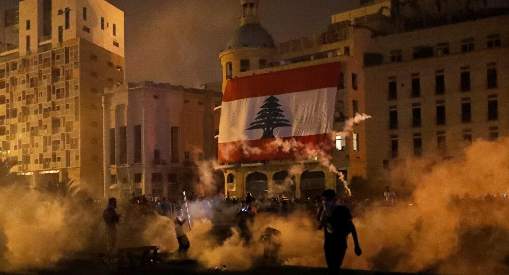 """متظاهرون لبنانيون ينتزعون بوابة حديدية مؤدية إلى مقر """"مجلس النواب اللبناني"""""""
