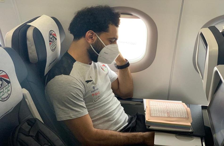 محمد صلاح يبدأ رحلة المنتخب إلى كينيا بقراءة القرآن