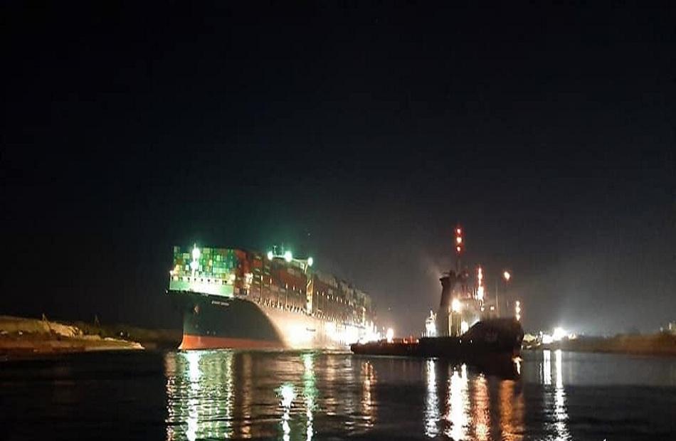 بدء مناورات الشد لتعويم السفينة الجانحة في قناة السويس بـ 10 قاطرات