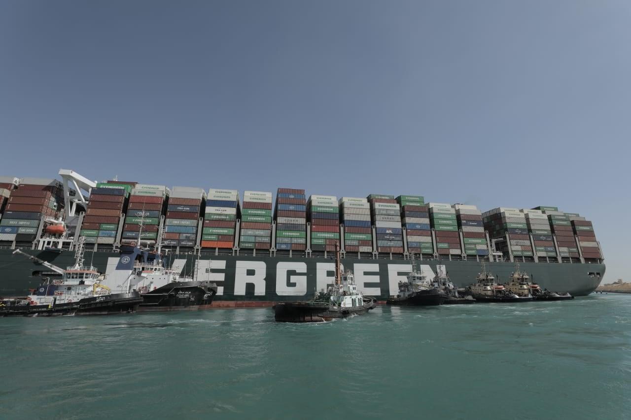 آخر تطورات جهود تعويم سفينة الحاويات الجانحة بقناة السويس
