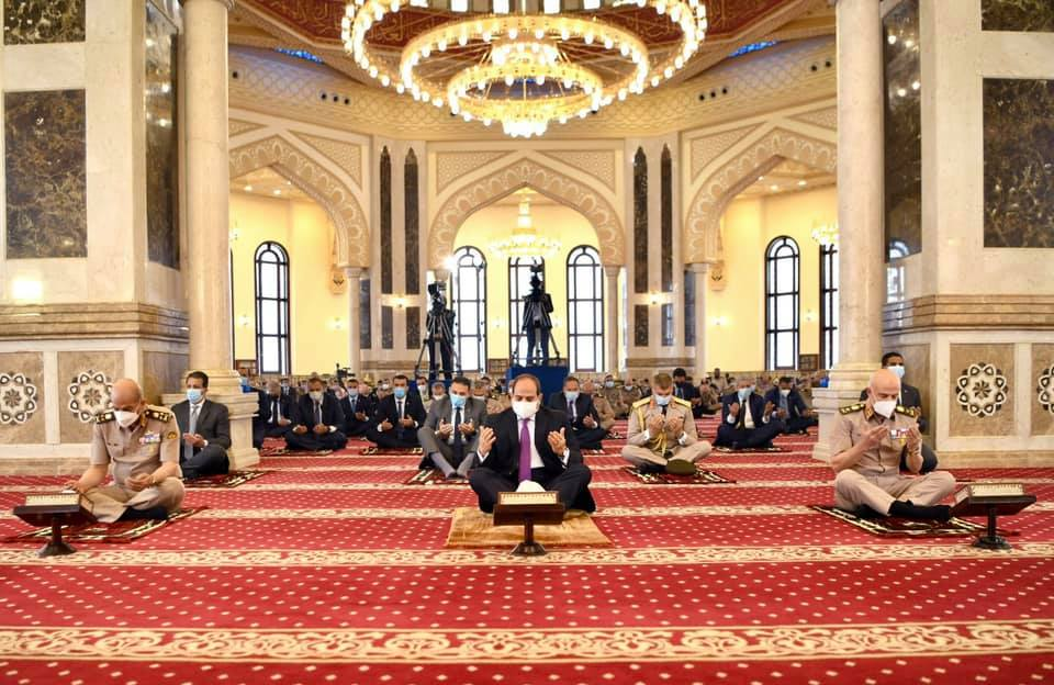 صور| الرئيس السيسي يؤدي صلاة الجمعة بمسجد المشير طنطاوي ويلتقي عددا من كبار قادة القوات المسلحة