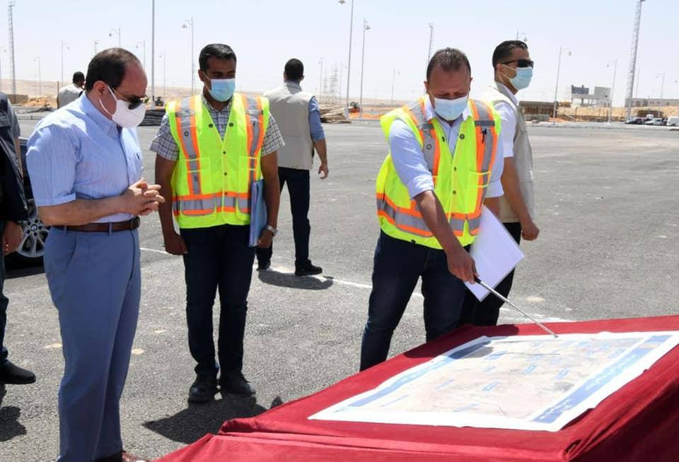 صور| الرئيس السيسي يتفقد «الدائري الأوسطي» وسوق السيارات الجديد