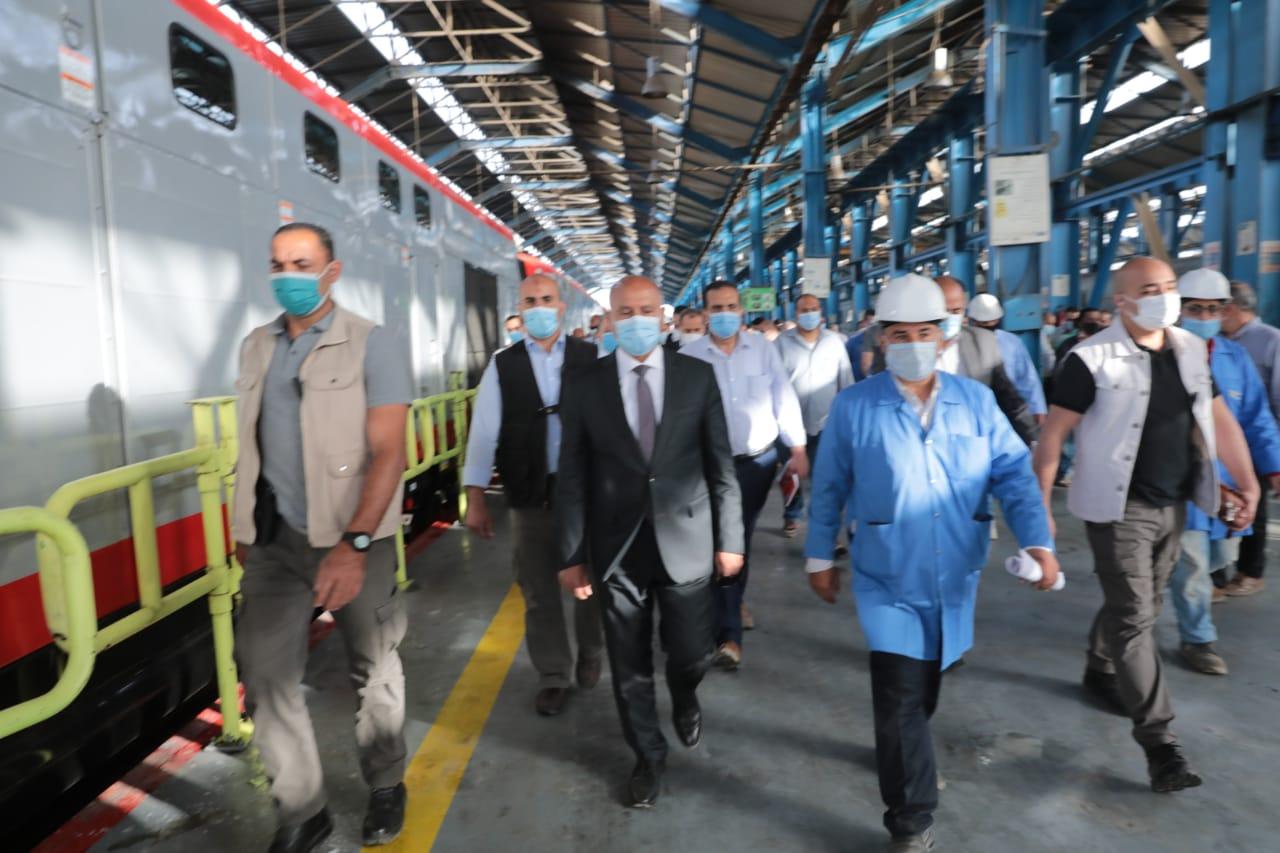 صور| وزير النقل يتابع صيانة وعمرات الجرارات و أعمال التجهيز اليومي لعربات الركاب بورش الفرز للسكك الحديدية