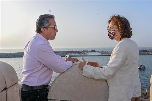 صور| خالد العناني ومديرة اليونسكو يتفقدان الأماكن الأثرية بالأسكندرية