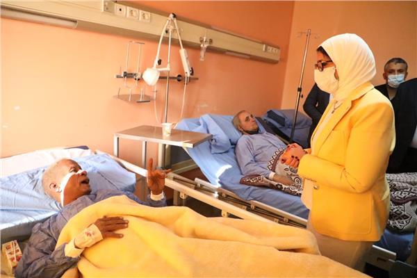 وزيرة الصحة تطمئن على الحالة الصحية لمصابي حادث قطار طوخ
