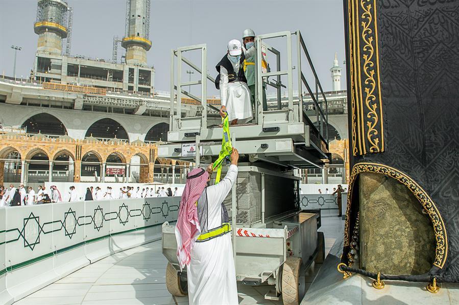 صور| السعودية تبدأ صيانة كسوة الكعبة المشرفة استعداداً لشهر رمضان