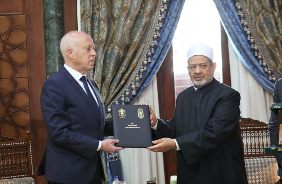 صور| شيخ الأزهر يهدي الرئيس التونسي نسخة من وثيقة الأخوة الإنسانية