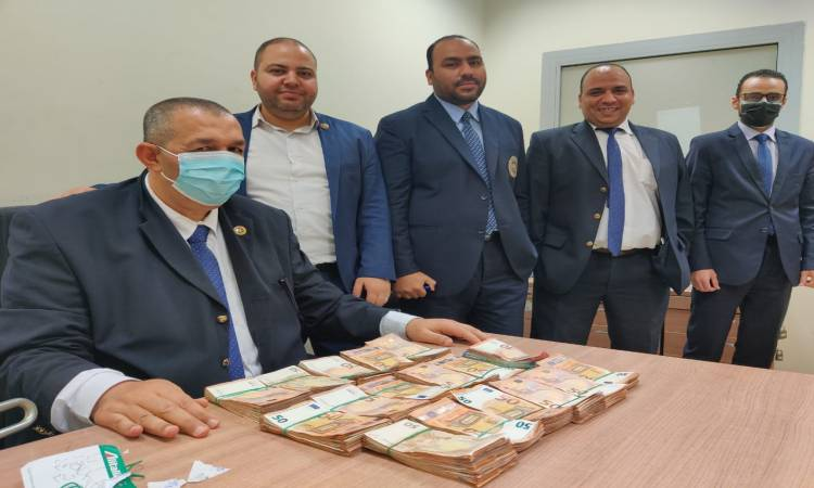 إحباط محاولة تهريب كمية من النقد الأجنبى بمطار القاهرة الدولي