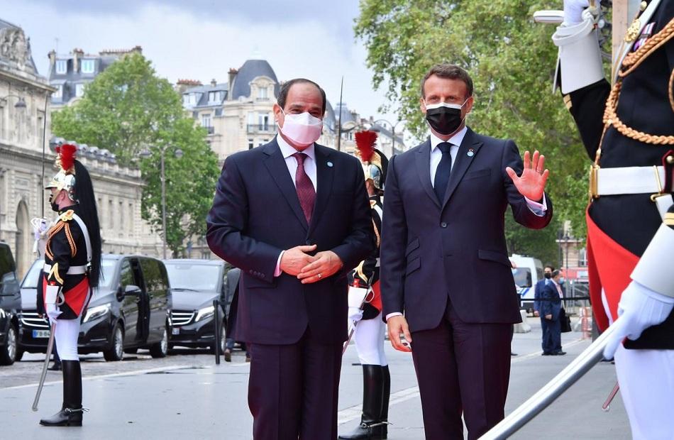 صور| استقبال إيمانويل ماكرون للرئيس السيسي بقصر المؤتمرات بباريس