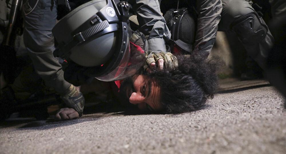 الاحتلال الإسرائيلي ينكل بمواطن في مدينة الخليل