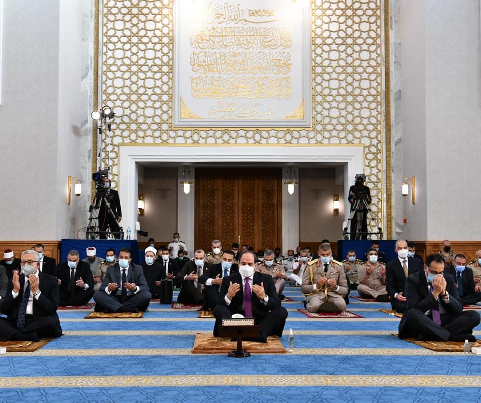 صور  الرئيس السيسي يؤدي صلاة العيد بمسجد الماسة بالعلمين الجديدة