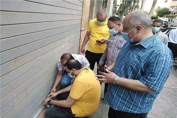 غلق وتشميع ٣ محلات بوسط البلد لعدم تنفيذ قرارات مجلس الوزراء