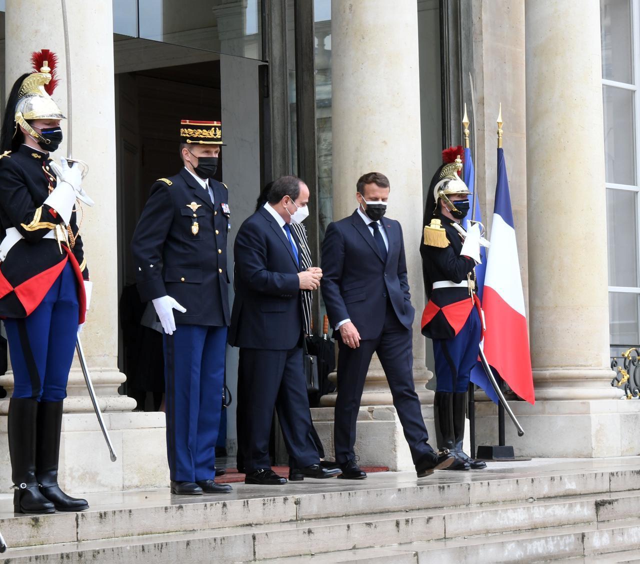 صور| إيمانويل ماكرون يودع الرئيس السيسي عقب انتهاء القمة «المصرية – الفرنسية»