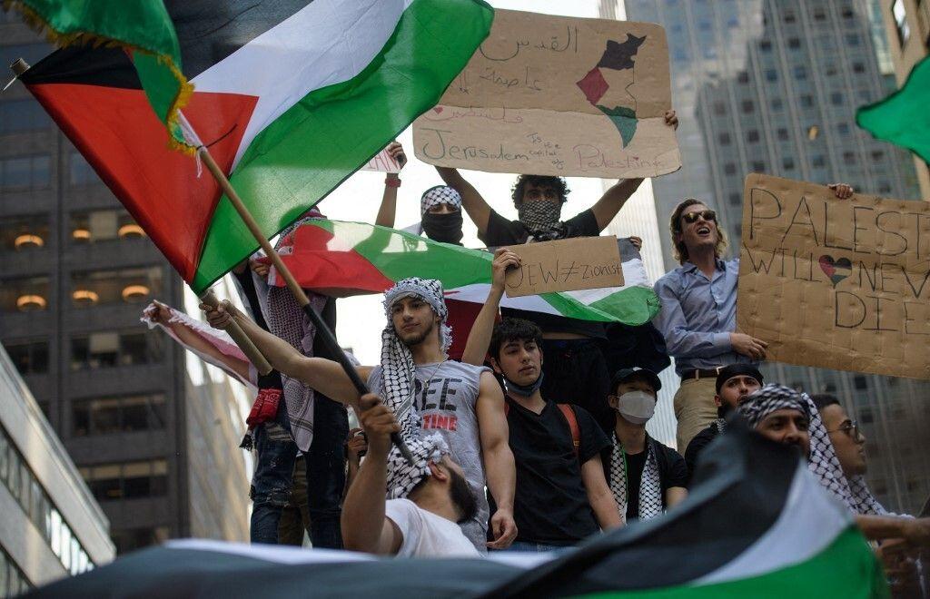 متظاهرون يغلقون الطريق المؤدي إلى القنصلية الإسرائيلية بمدينة نيويورك