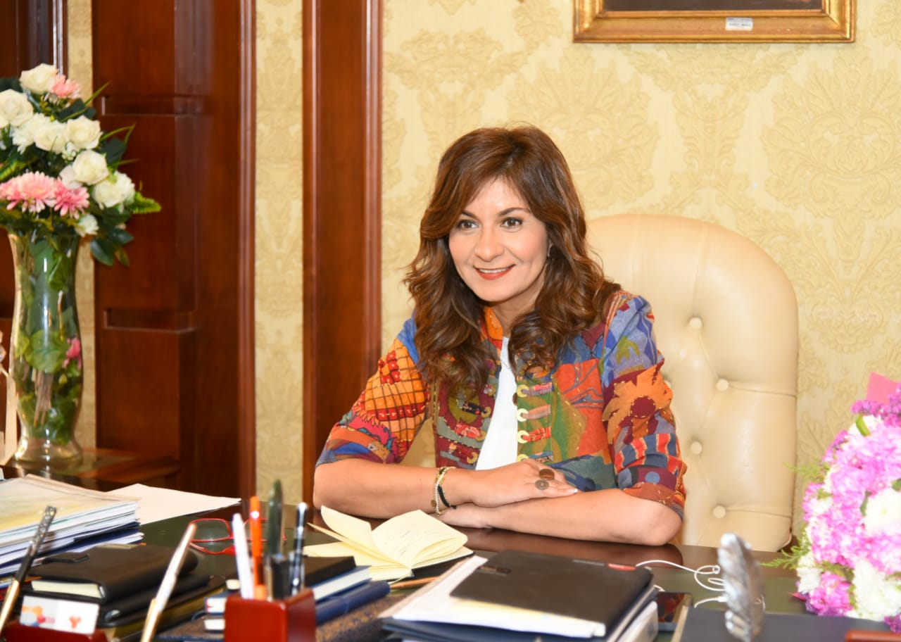 نبيلة مكرم تستقبل فتاة مصرية بعد حل أزمة توقفها بأحد المطارات
