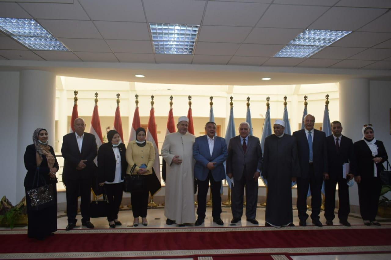 صور| محافظ البحر الأحمر يستقبل أعضاء لجنة الشئون الدينية بالنواب لمناقشة معوقات نقل الورش لمنطقة الحرفيين بالغردقة