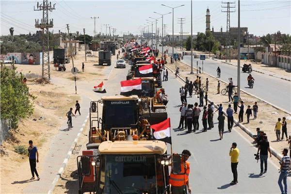 أهالي غزة يرددون «عاش الرئيس السيسي» ترحيبا بالأطقم الهندسية المصرية