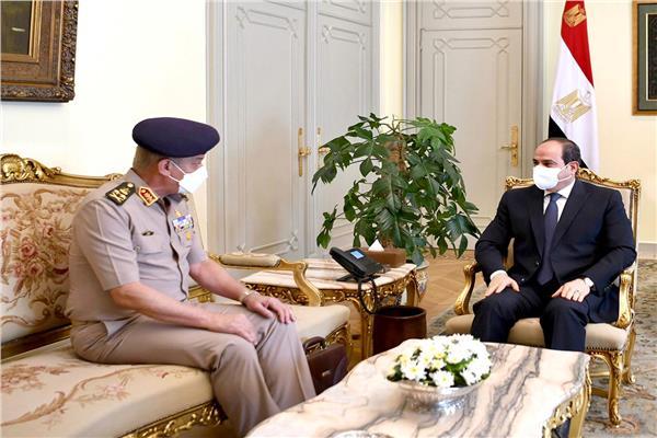 صور| الرئيس السيسي يستقبل وزير الدفاع والإنتاج الحربي