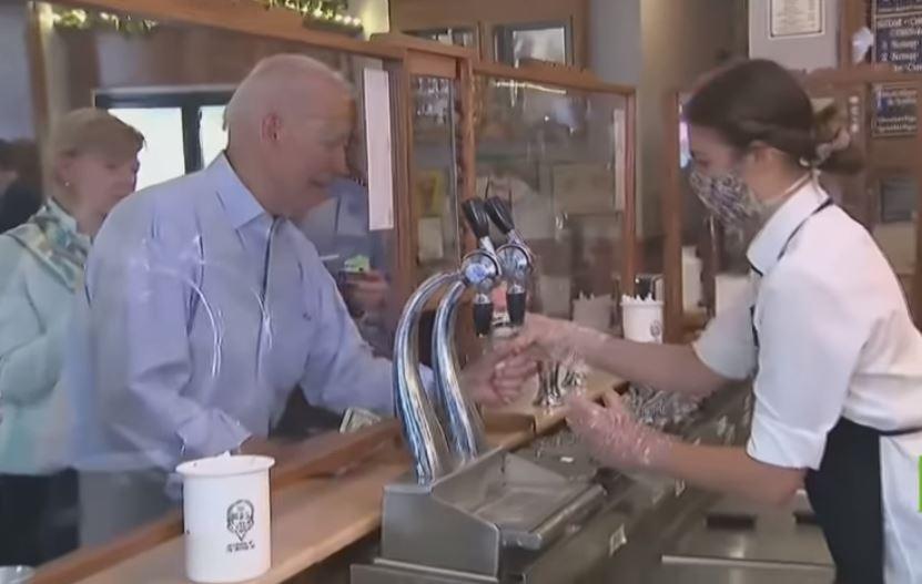 فيديو| جو بايدن يتوقف لشراء «آيس كريم» أثناء زيارته لـ «لاكروس»