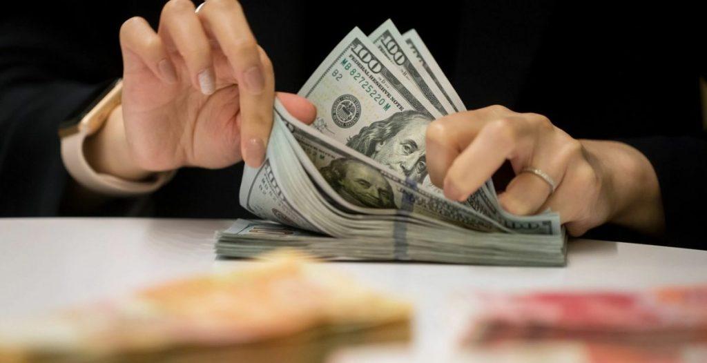 الدولار الأمريكي يواصل استقراره مع بداية تعاملات اليوم