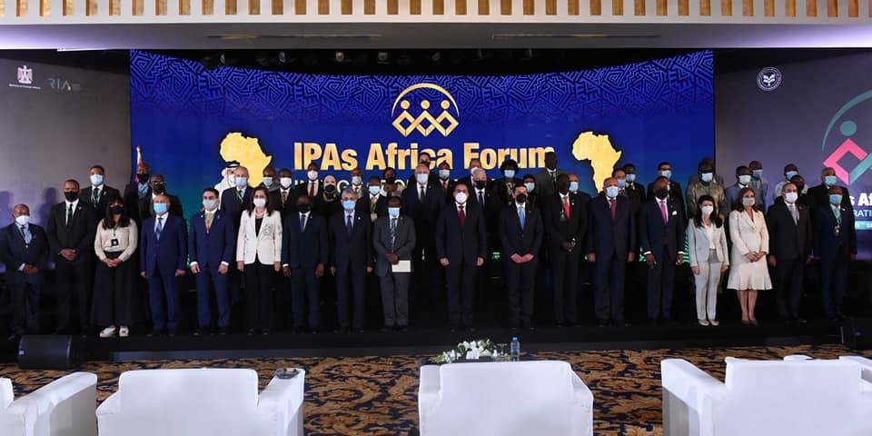 دولة رئيس الوزراء يلتقط صورة تذكارية مع رؤساء هيئات الاستثمار الإفريقية