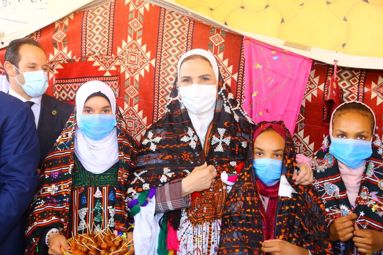 وزيرة التضامن تلتقط صور تذكارية مع أطفال مطروح بالزي البدوي