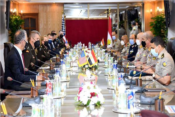صور| وزير الدفاع والإنتاج الحربي يلتقي قائد الحرس الوطني الأمريكي خلال زيارته لمصر
