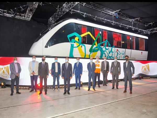 صور| وزير النقل يفتتح خط إنتاج قطارات المونوريل بمدينة ديربي البريطانية