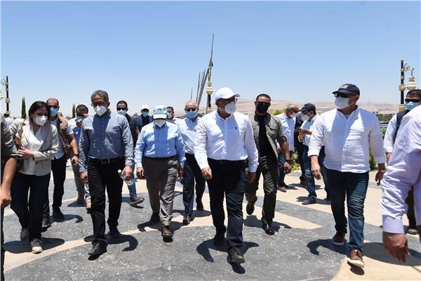 رئيس الوزراء يتجول بشوارع قرية «الكاجوج» بأسوان.. ويستمع لمطالب الأهالي