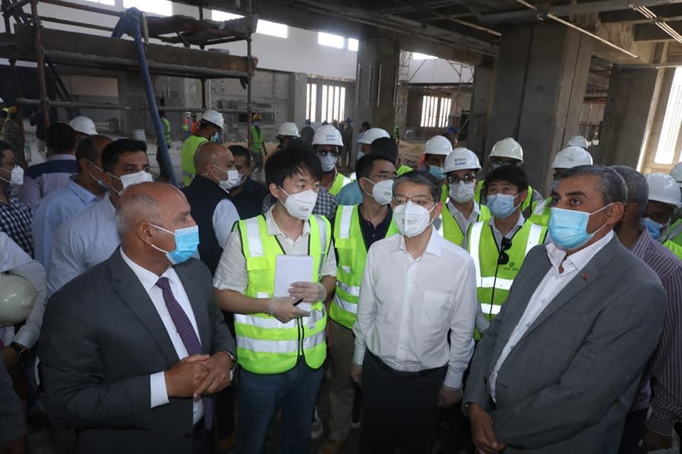 صور| وزير النقل والسفير الصيني بالقاهرة يتفقدان مواقع العمل بمشروع القطار الكهربائي