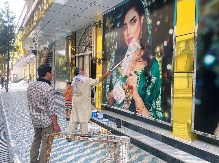 إزالة صور السيدات من شوارع كابول بعد دخول طالبان