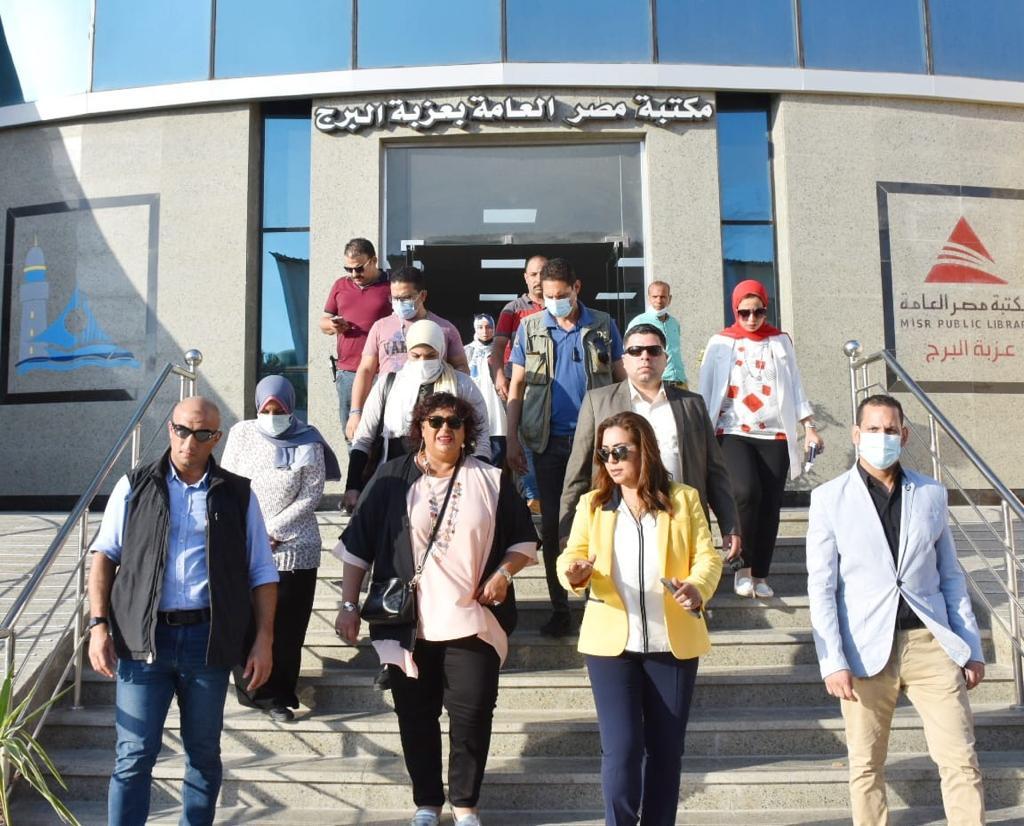 صور| وزيرة الثقافة ومحافظ دمياط تتفقدان مكتبة مصر العامة والمنطقة الصديقة للسيدات بعزبة البرج