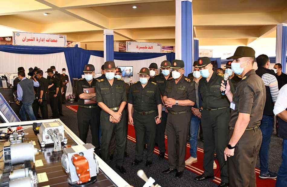 صور  وزير الدفاع والإنتاج الحربى يقوم بجولة تفقدية لإحدى الوحدات الفنية للأسلحة التابعة لإدارة الأسلحة والذخيرة
