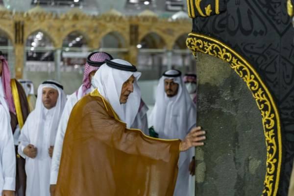 صور| الأمير خالد الفيصل يشهد غسيل الكعبة المشرفة بماء زمزم المخلوط بماء الورد
