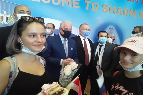 صور| محافظ جنوب سيناء وسفير روسيا في القاهرة يستقبلان السياح الروس في مطار شرم الشيخ