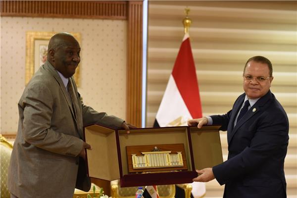 صور| النائب العام يستقبل نظيره السوداني بمكتبه بالقاهرة