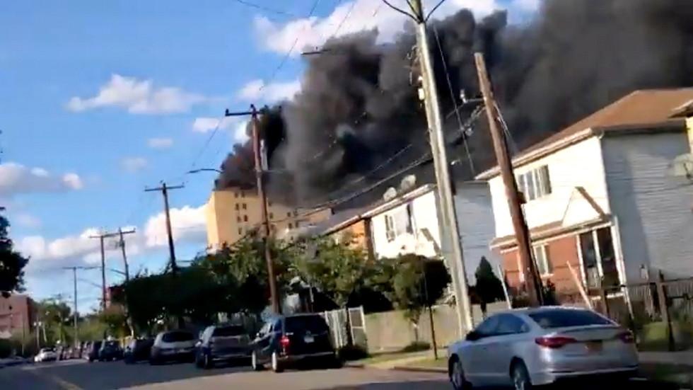 حريق هائل في مستشفى بنيويورك و رجال الإطفاء يحاولون السيطرة على النيران