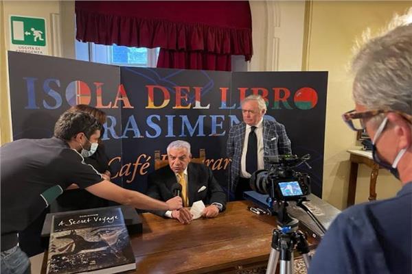 عمدة مدينة كورتونا الإيطالية يعلن إختيار زاهي حواس «رجل العام»