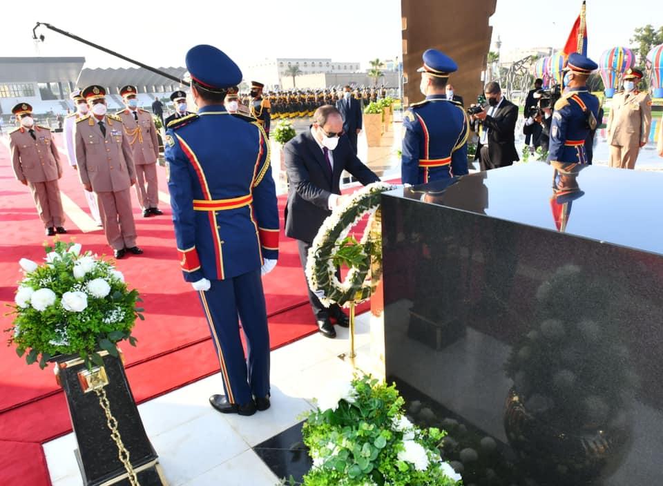 الرئيس السيسي يضع أكاليل الزهور على قبر الجندي المجهول والـزعيمين أنور السادات وجمال عبد الناصر