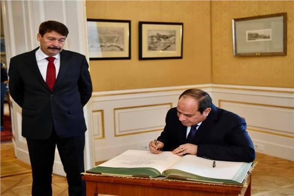 الرئيس السيسي يكتب كلمة في سجل الشرف بقصر الرئاسة في بودابست